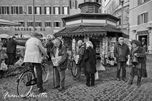 comprare il giornale, Roma, fotografia di Franco Olivetti